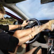 Разрешено ли е да се кара автомобил с чехли?